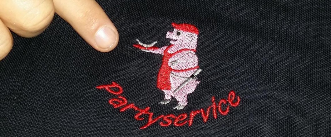 """Stickerei eines Schweins mit Slogan """"Partyservice"""" auf schwarzem Poloshirt"""