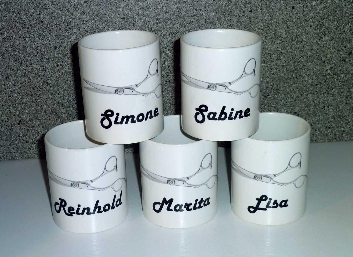 Leckerer Kaffee und Tee im Friseursalon aus bedruckten Tassen