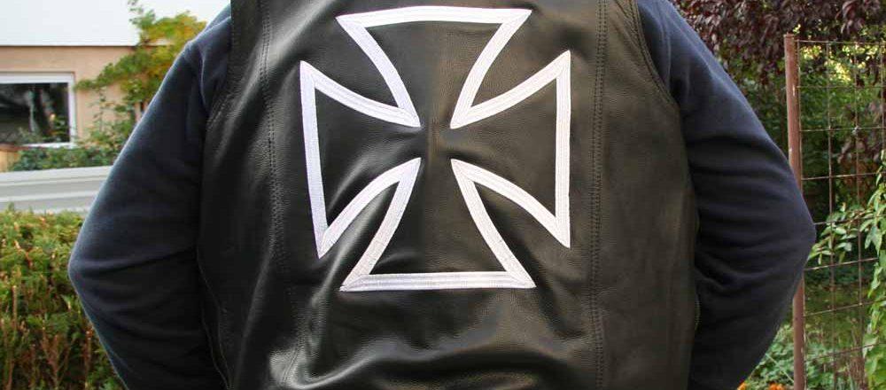 Stickerei Kreuz auf Lederweste