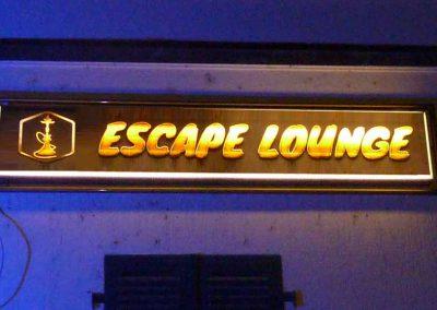 """Neue Klebefolie, die von hinten durchleuchtet wird auf altem Leuchtkasten mit dem Text """"Escape Lounge"""" und der Abbildung einer Shisha"""