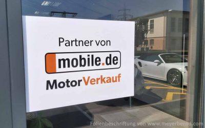 Autohaus verkauft bei mobile.de und zeigt das am Gebäude